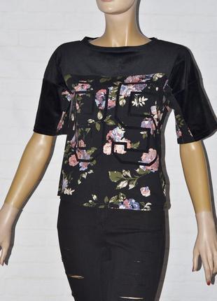 Черная футболка с велюровыми вставками и принтом