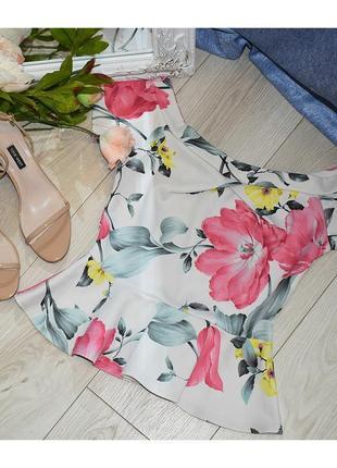 Блуза в цветы со спущенными плечами