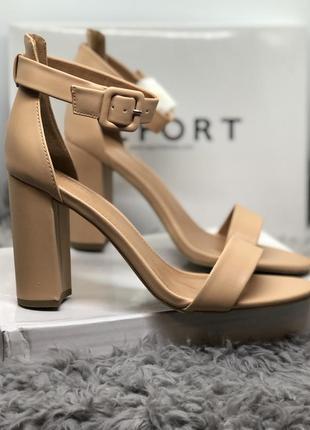 Бежевые босоножки на высоком каблуке бренд