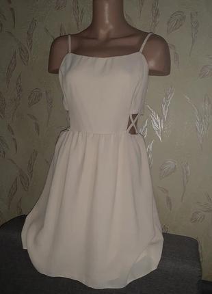 Кремовое платье с открытыми боками, нюд