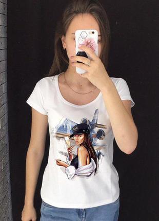 Женская футболка с принтом - девушка на фоне самолета