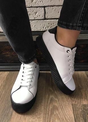 Кроссовки - белые с чёрной подошвой
