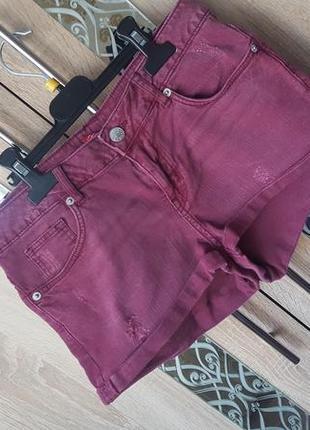 Бордовые шорты с потертостями с эффектом sandblasting