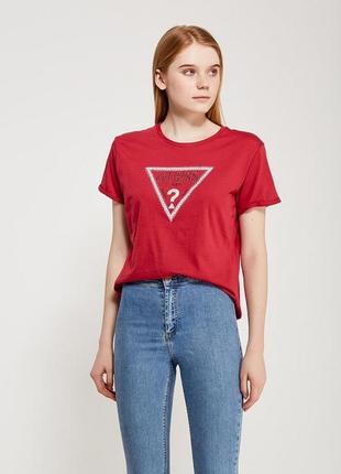 Актуальная красная футболка guess