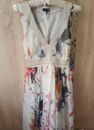 Нежное платье с красивым принтом на подкладке v-образный вырез