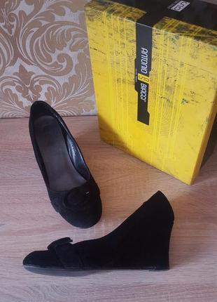 Оригинальные туфельки с пряжкой из натурального замша