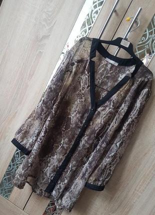 Элегантная блуза в змеиный принт
