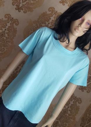 Базовая нежно голубая футболка с красивым декольте