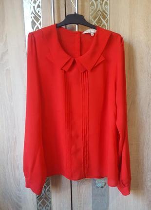 Красивая красная блуза с пуговками на спинке