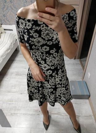 Легкое красивое платье с открытыми плечами