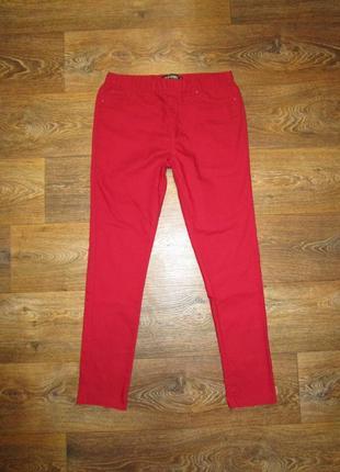 Яркие джинсы джеггинсы цвет гранат