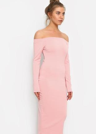 Персиковое платье с открытыми плечами