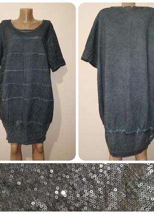 Стильное трикотажное платье-туника украшено пайетками