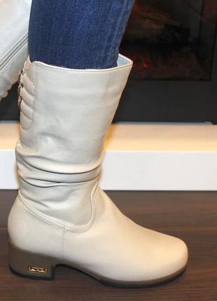 Женские зимние бежевые сапоги низкий каблук