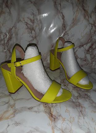 Яркие лимонные босоножки на толстом каблуке
