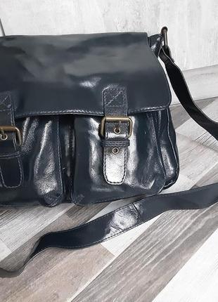 Стильная сумка с длинным ремнём. натуральный лак.