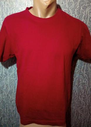 Красная футболка.
