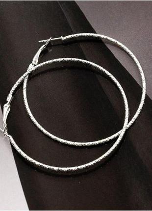 Серьги кольца серебристого цвета диаметр 5,5 см