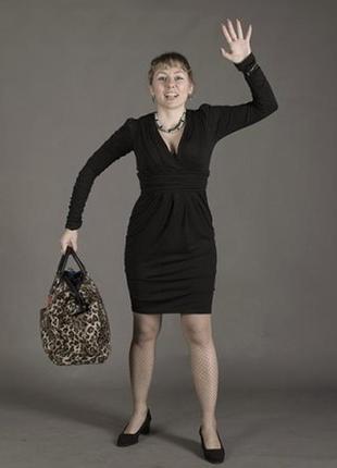 Черное платье миди декольте