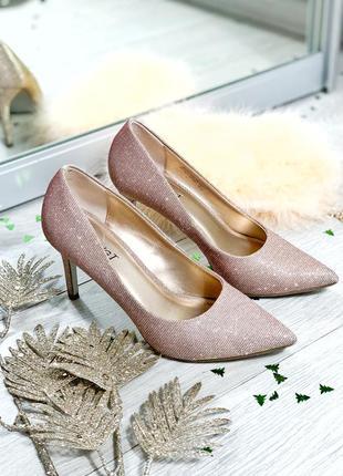 Туфли на шпильке золотого цвета