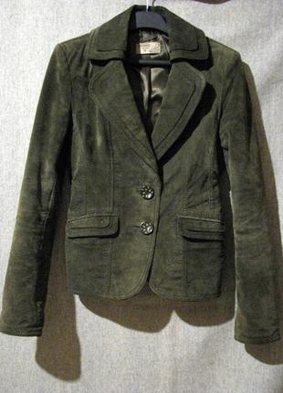 Трендовый темно-зеленый пиджак из натуральной замши reserved
