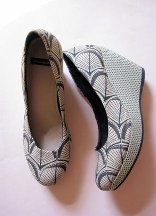 Текстильные туфли на танкетке vagabond