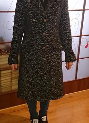 Красивое элегантное фирменное пальто