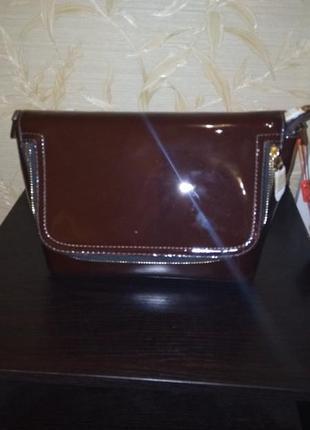 Коричневый лаковый клатч сумочка