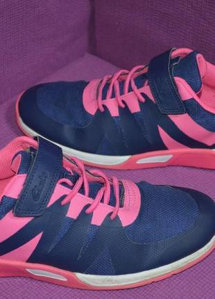 Яркие кроссовки на липучке