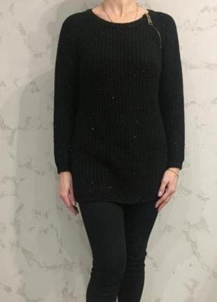 Вязаный свитер чёрный в цветную нитку.