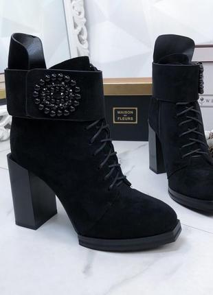 Ботинки на каблуке замшевые черные с брошкой