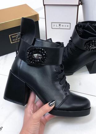 Ботинки женские кожаные черные с брошкой