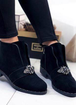 Ботинки замшевые с брошкой черные