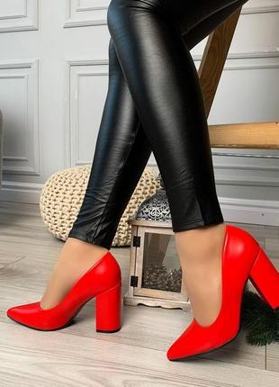 Стильные красные туфельки