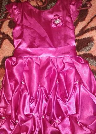Нарядное ярко розовое платье красивое на 2-3 года