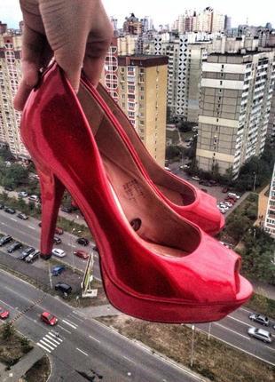 Эффектные стильные туфли босоножки лак
