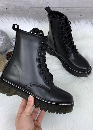 Демисезонные ботинки мартенсы черного цвета