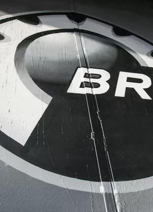 Нанесение логотипа на металлические ворота BRP.