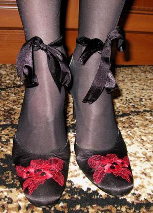 Нарядные атласные туфли с вышивкой и стразами 38р.