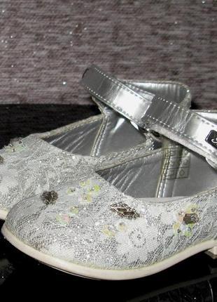 Нарядные серебряные туфли vera pelle с кружевом, бисером, пайе...