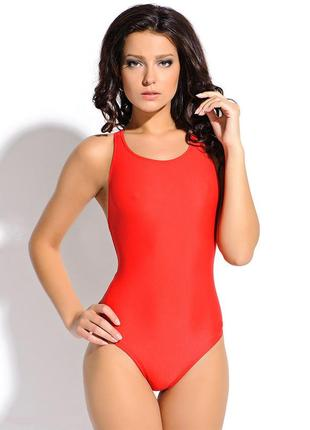 Яркий красный сдельный (слитный, цельный) спортивный купальник...