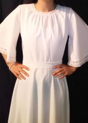Платье макси белое с рукавами крыльями