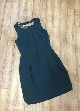 Супер-эффектное платье изумрудного цвета с красивым воротничко...
