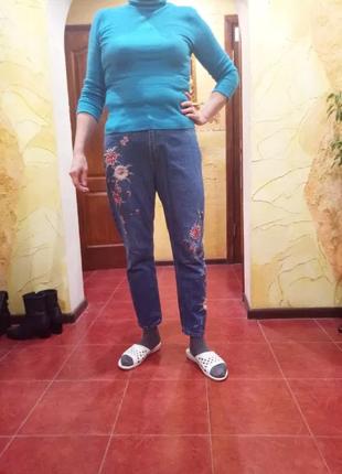Джинсы с вышивкой, размер 46.