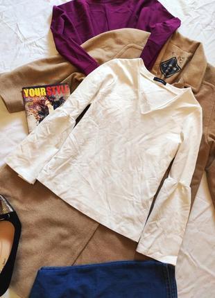Белая трикотажная блуза с воланами на рукавах v-образный вырез