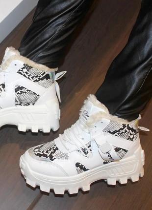 Женские зимние белые кроссовки ботинки с змеиным принтом на ма...