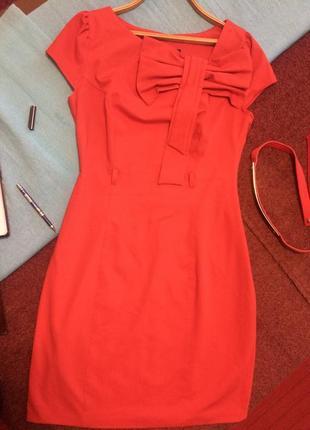 Красивое красное платье с бантом