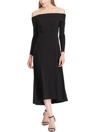 Вечернее платье с длинными рукавами и декольте , оголяющим пле...