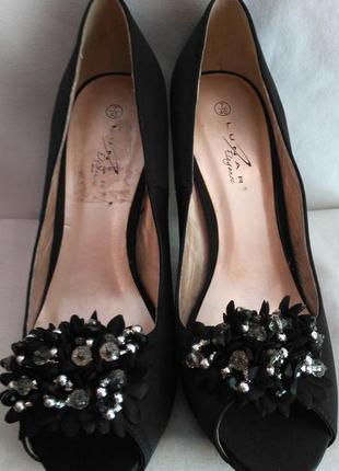 Очень мега стильные, атласные туфельки с цветочком и бусинами