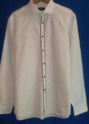 Белая  красивая оригинальная  рубашка с черными пуговицами